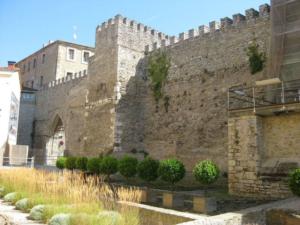 1280px-muralla_medieval_de_vitoria-copia